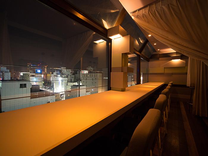 柔らかな照明と夜景をお楽しみください